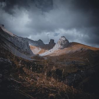 Picchi di montagna dei pirenei il giorno nuvoloso