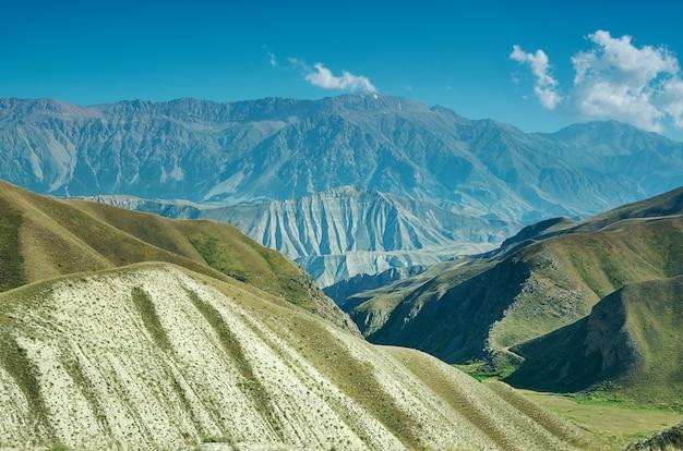 Distretto di altopiano di montagna della regione di jalal-abad nel kirghizistan occidentale