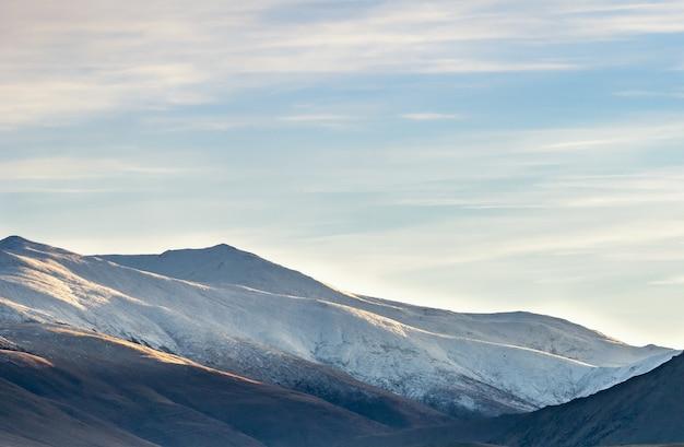 Dettaglio della catena montuosa durante il colpo di alba sul lago tekapo in nuova zelanda