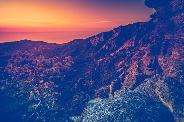 Catena montuosa al tramonto montagne carpatiche ucraina