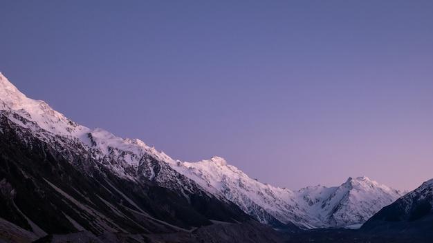 Catena montuosa con cime innevate riprese durante l'alba fatta nel parco nazionale di aoraki mt cook, nuova zelanda