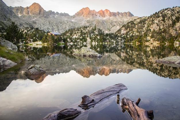 Rifugio alpino circondato da montagne nel parco nazionale di aigüestortes nei pirenei catalani