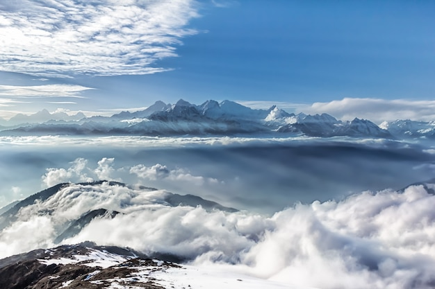 Crinale montuoso tra le nuvole. parco nazionale langtang. l'himalaya. nepal