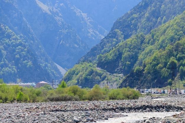 Fiume di montagna nelle montagne del caucaso