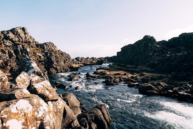 Fiume di montagna da ehsaraurfoss cade nella faglia silfra tingwedlir valley