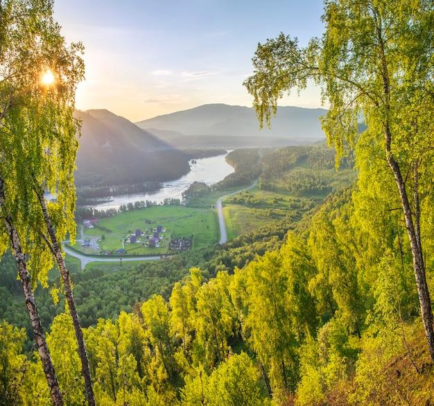Valle del fiume di montagna in una mattina di primavera