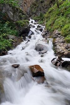 Fiume di montagna con un flusso rapido nella catena del caucaso