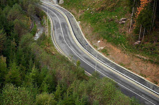 Strada di montagna veduta aerea della strada attraverso la foresta nessuno