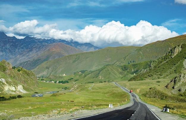 Paesaggio di gamme di primavera di strada di montagna
