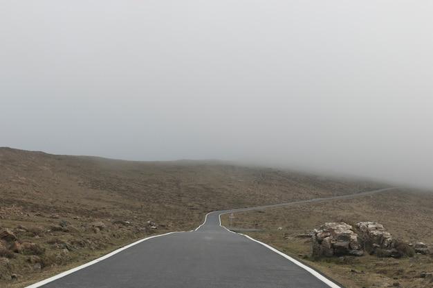 Strada di montagna con nebbia.