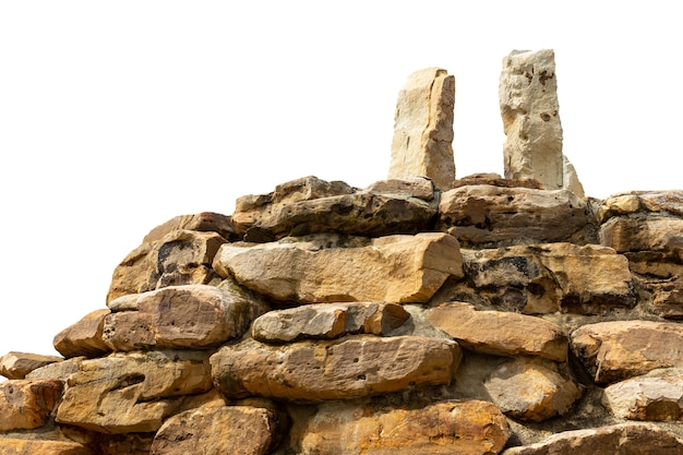 Roccia della montagna isolata su priorità bassa bianca.