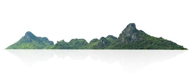 Roccia della montagna con l'isolato della foresta su bianco