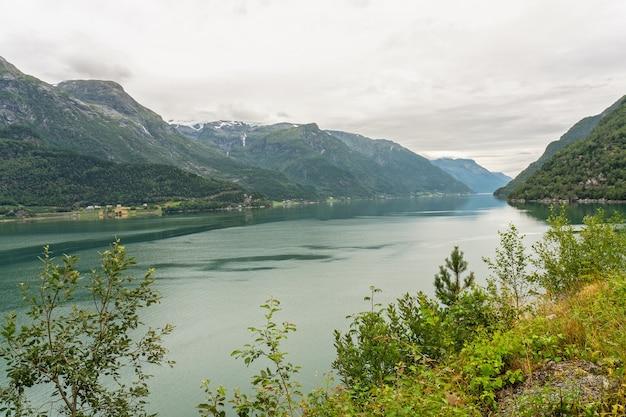 Vista del paesaggio del fiordo del mare della montagna, norvegia, odda