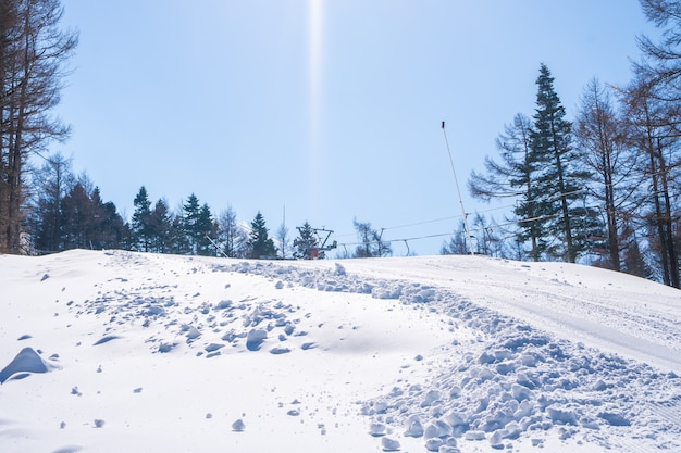 Stazione sciistica della montagna della valle della neve vicino alla vista del monte fuji il giorno soleggiato nell'inverno