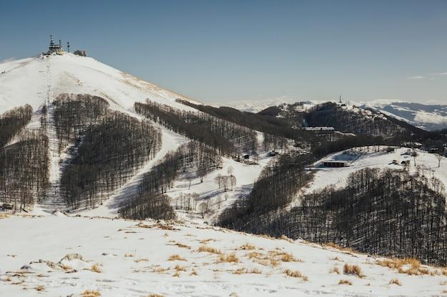 Stazione sciistica di montagna in inverno in italia.