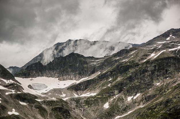 Cima di montagna ricoperta di nuvole