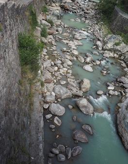 Fiume torrente di montagna
