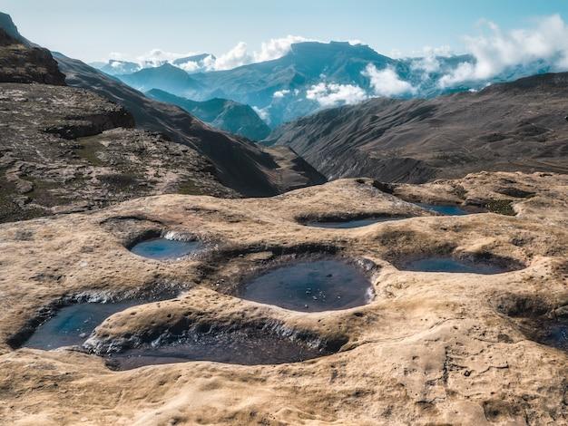 Trekking in montagna. vista su tanti piccoli laghetti di montagna che fungono da pigra mandria di mucche.