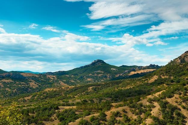 Valle di montagna con cielo nuvoloso