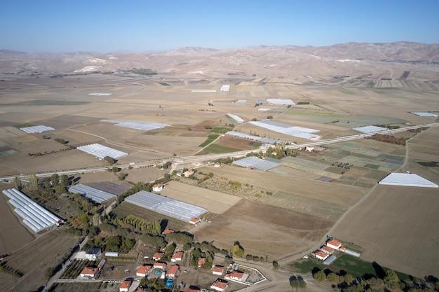 Valle di montagna con campi e case bellissimo paesaggio di campagna