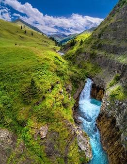 Valle di montagna con fiume e cascata, vista a volo d'uccello