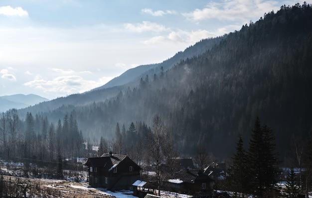 Villaggio di montagna al mattino
