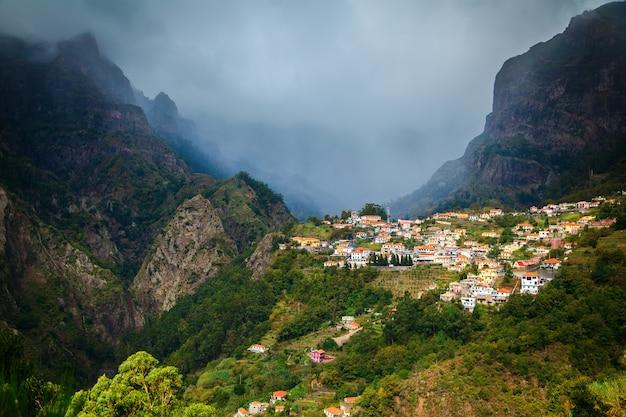 Villaggio di montagna nella valle delle monache