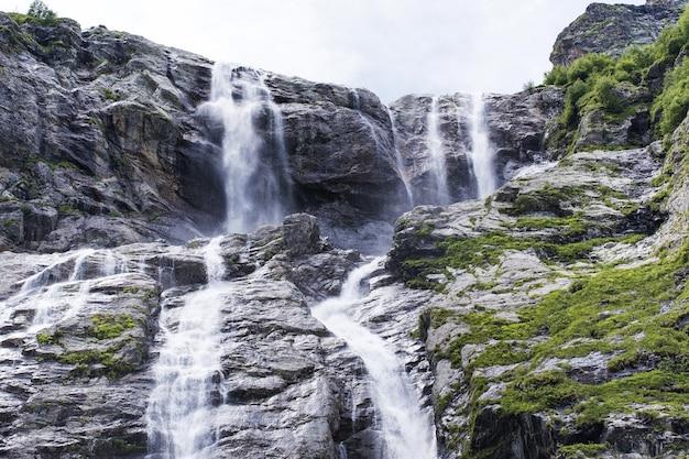 Cascate di sofia della cascata della montagna nelle montagne del caucaso arkhyz
