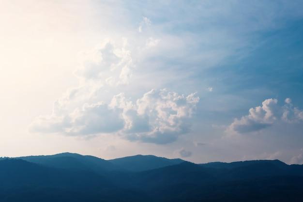 Nuvole bianche di montagna nel bel cielo azzurro.