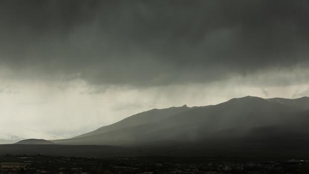 Montagna con cielo grigio scuro