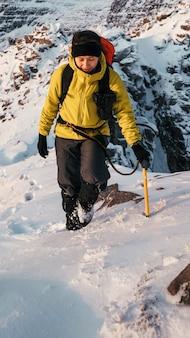 Alpinista che scala liathach ridge, scozia