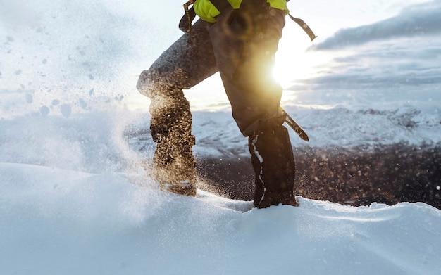 Alpinista arrampicata nella neve a liathach ridge, scozia