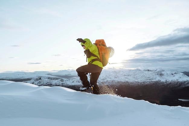 Alpinista arrampicata nella neve a liathach ridge, scozia Foto Premium