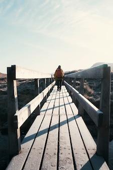 Alpinista a glen coe valley nelle highlands scozzesi