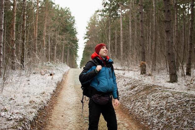 Alpinista in posa con i suoi vestiti invernali nel deserto