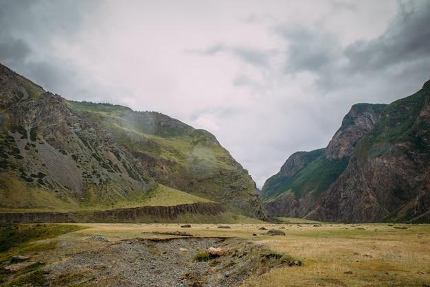 Paesaggio montuoso in una giornata estiva nuvoloso. scenario naturalistico d'atmosfera in alta quota. le forme delle rocce, il cielo nebbioso.