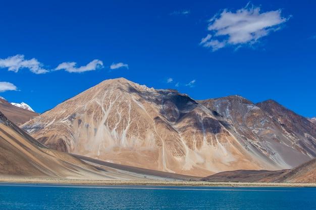 Montagne contro il cielo blu e il lago pangong in himalaya indiano