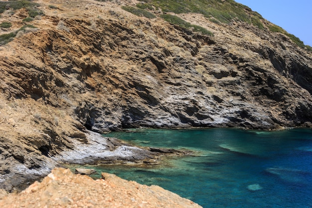 Baia delle montagne nel mar mediterraneo.