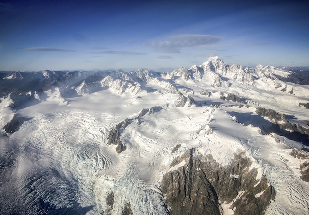 Montagne coperte di neve e ghiaccio ripresa aerea mount cook franz josef ghiacciaio nuova zelanda