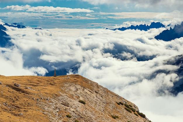 Montagne coperte di nuvole e punto di vista, tre cime di lavaredo, italia