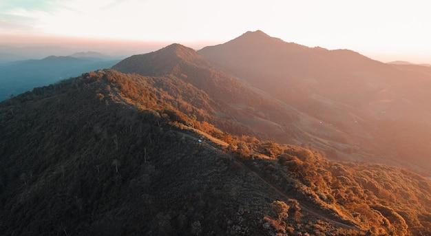 Montagne e foreste dopo il tramonto, sunset mountain view e luce del tramonto
