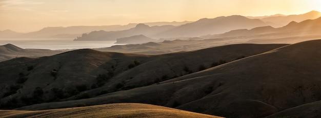 Montagne e colline illuminate dal sole, vista panoramica; la penisola di crimea