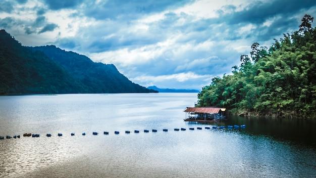 Montagne, laghi e la nebbia mattutina .bellissimo paesaggio a kanchanaburi thailandia.