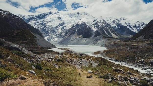 Paesaggio delle montagne, dei laghi e del prato