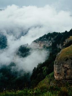Montagne paesaggio nuvole di viaggio attivo tempo libero libertà