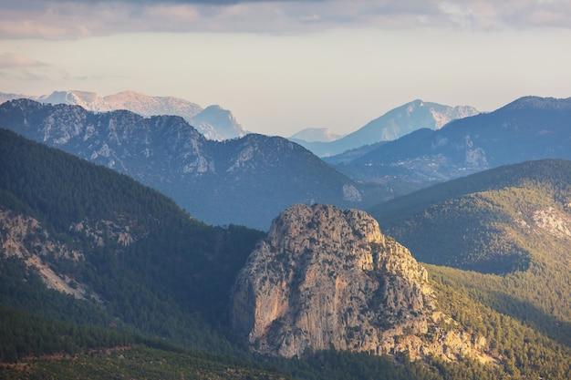 Paesaggi di montagne in turchia. famosa via licia