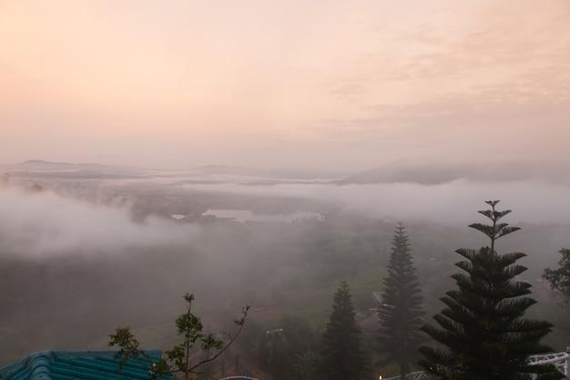 Montagne nella nebbia mattutina