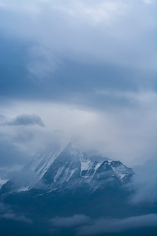 Montagne nel nepal con le nuvole sul cielo, itinerario di trekking del circuito di annapurna in himalaya