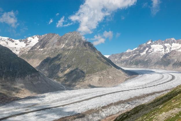 Scene di montagna, passeggiata attraverso il grande ghiacciaio dell'aletsch, percorso aletsch panoramaweg nel parco nazionale svizzera, europa. paesaggio estivo, cielo azzurro e giornata di sole