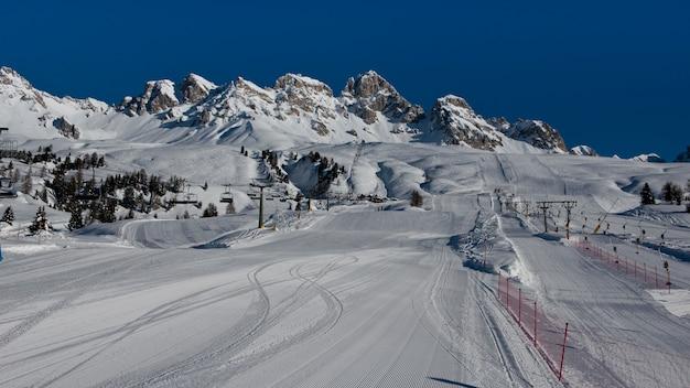 Montagne e piste da sci a passo san pellegrino